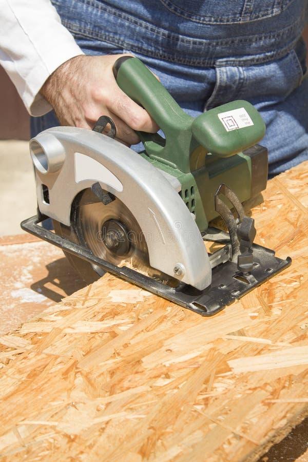 Atelier du ` s de charpentier Le charpentier coupe l'OSB photographie stock