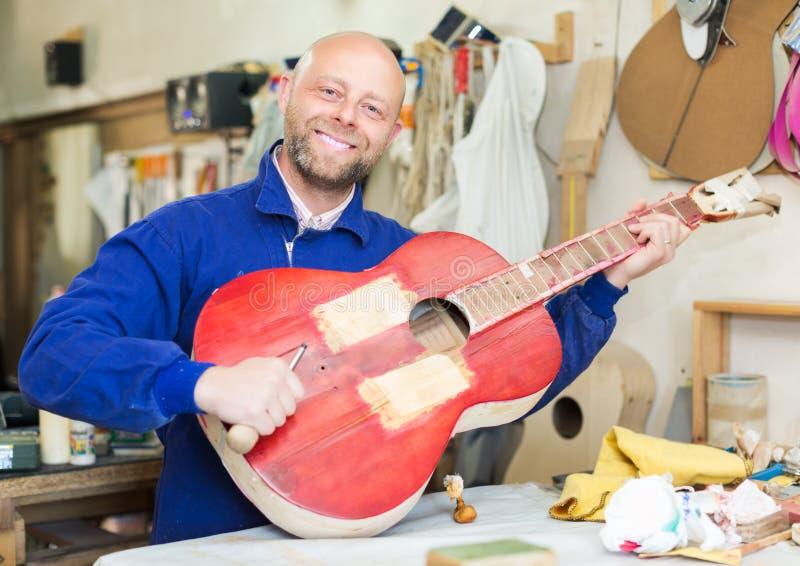 Atelier het stellen met zijn gitaren royalty-vrije stock foto
