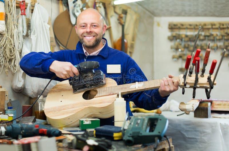 Atelier het stellen met zijn gitaren royalty-vrije stock afbeelding