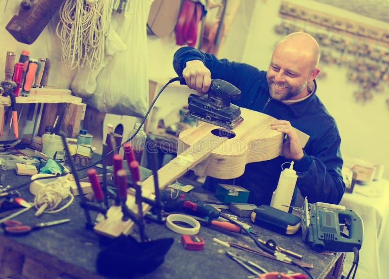 Atelier het stellen met zijn gitaren stock afbeelding