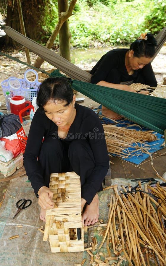 Atelier intérieur de tapis de fibre de coco de travail asiatique de personnes photos stock