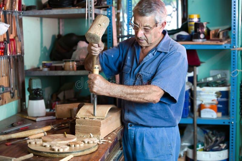 Atelier où l'ébéniste découpant le bois photographie stock libre de droits