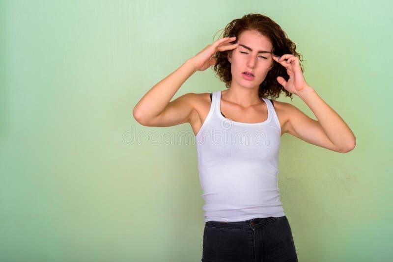 Atelieraufnahme der betonten Jugendlichen, die Kopfschmerzen gegen gre hat lizenzfreie stockbilder