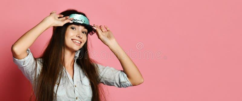 Atelieraufnahme der erfreuten schönen jungen Frau, die in der Augenmaske aufwirft lizenzfreie stockfotos