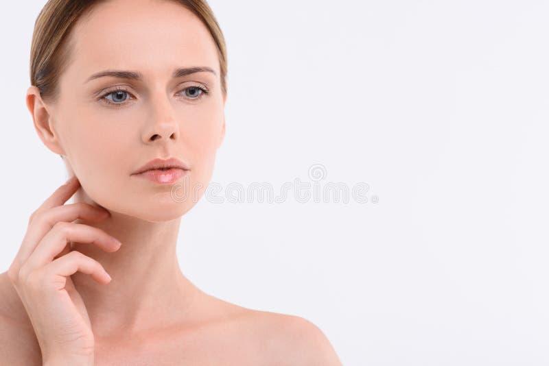 Atelieraufnahme der schönen jungen Frau stockfoto