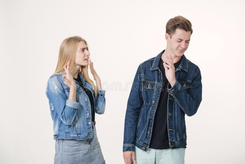 Atelieraufnahme der verärgerten Frau schreiend am müden Mann Zwietracht im Verhältnis Abweichung von Gesichtspunkten stockfoto