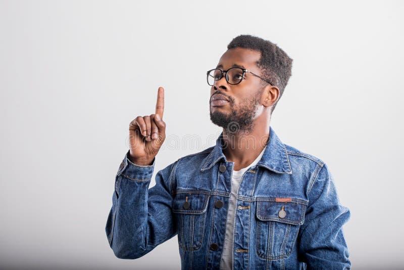 Atelieraufnahme des afrikanischen Kerls im Eyewear lizenzfreie stockfotos