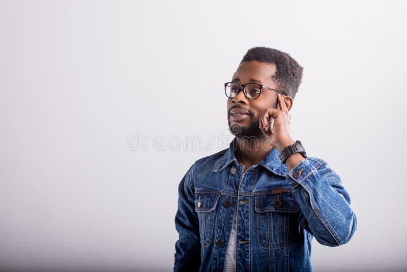 Atelieraufnahme des afrikanischen Kerls im Eyewear stockbilder