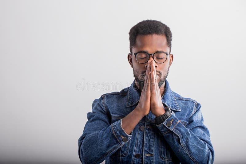 Atelieraufnahme des afrikanischen Kerls im Eyewear lizenzfreie stockbilder