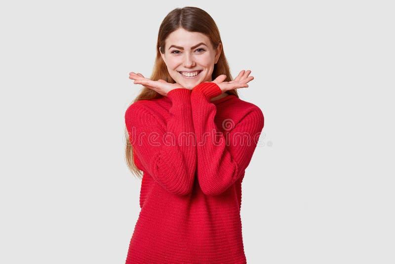 Atelieraufnahme des erfreuten M?dchens mit Heiterkeit, recht weibliches Modell mit gl?cklichem Gesichtsausdruck gegen wei?e Wand, stockfotografie