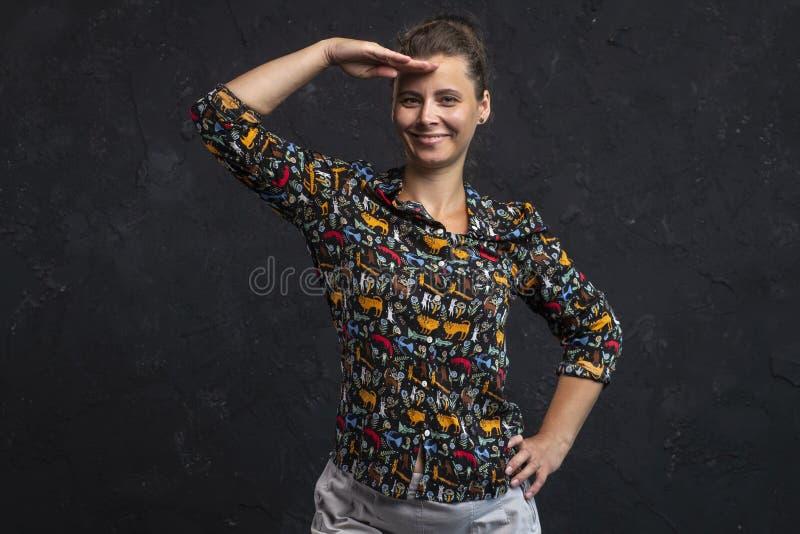 Atelieraufnahme eines Mädchens in der modernen Kleidung, die vorwärts schaut Porträt einer attraktiven Frau, die den Abstand unte stockfoto