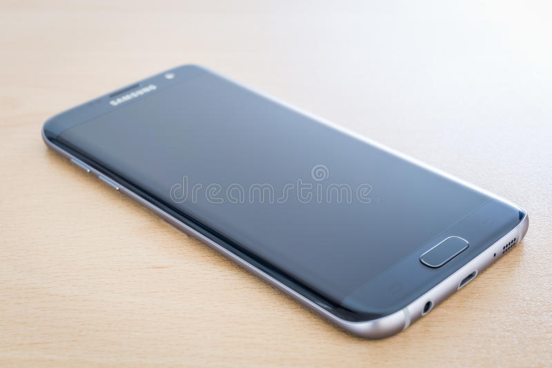 Atelieraufnahme eines schwarzen Samsungs-Galaxie S7 RANDES stockbild