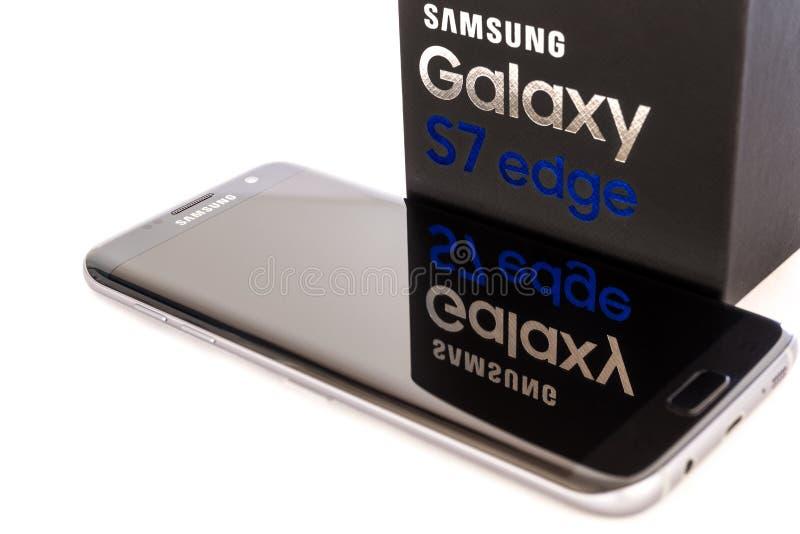 Atelieraufnahme eines schwarzen Samsungs-Galaxie S7 RANDES lizenzfreie stockfotografie