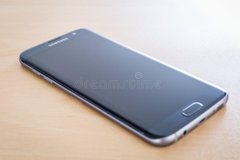 Atelieraufnahme eines schwarzen Samsungs-Galaxie S7 RANDES lizenzfreie stockfotos
