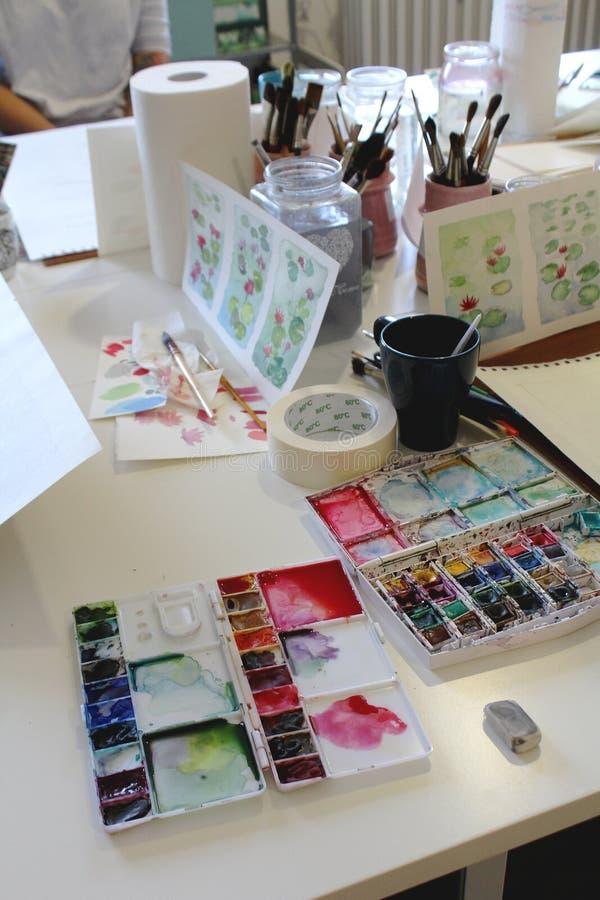 Atelierstilleben - målning för förberedelsefowaquarelle - olika objekt på en tabell arkivfoton