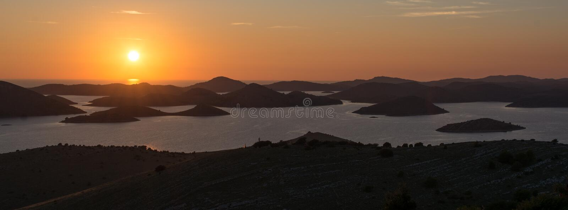 Atem, der Sonnenuntergang über kroatischen Inseln nimmt stockfotos