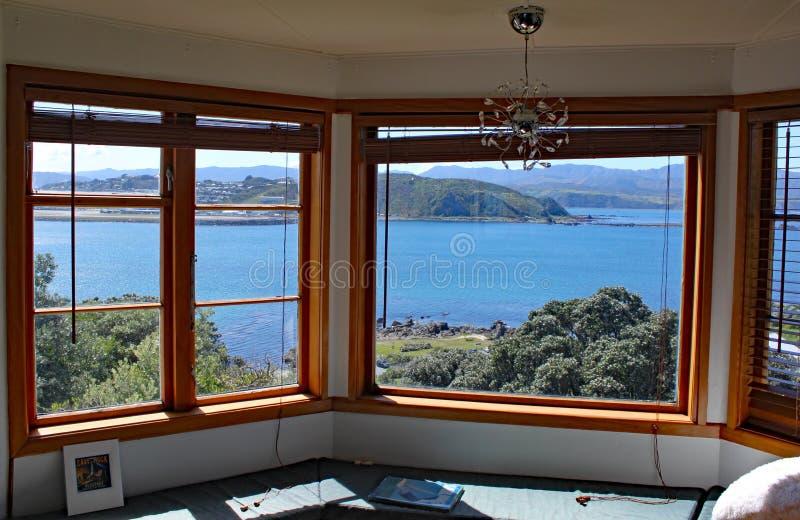 Atemberaubende Ansicht über Lyall Bucht und Wellington Airport durch ein Bildfenster stockbild