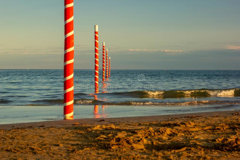 Atemberaubende Ansicht des cavallino treporti Strandes, Recht auf der Grenze mit dem berühmtesten Strand von Jesolo Die Pfosten m lizenzfreie stockfotos