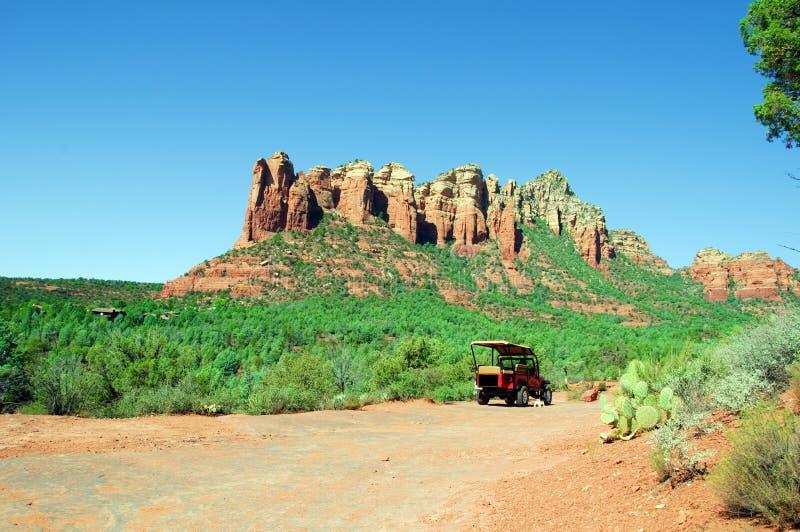 Atemberaubende natürliche Naturlandschaft, mit Jeep lizenzfreie stockfotos