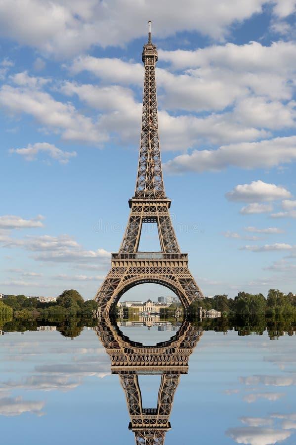 Atemberaubende Reflexion des Eiffelturms gesehen vom Trocad stockbild