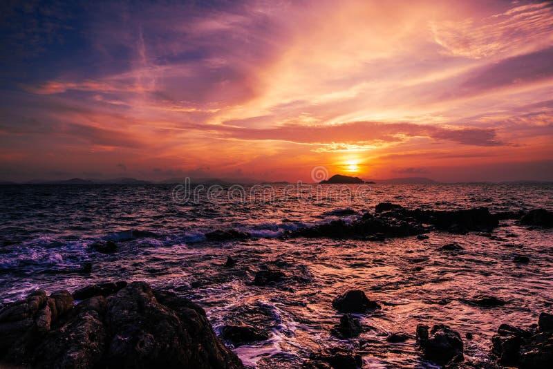 Atemberaubende Sonnenaufgangmeerblicklandschaft ?ber Sees?den Thailand Epische D?mmerungsseelandschaft Lila und rote gelbe Farben stockbild