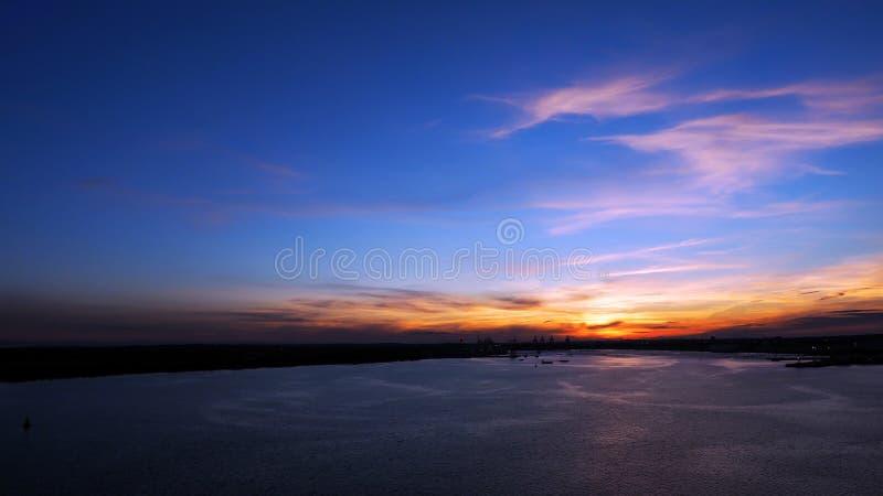 Atemberaubender Sonnenuntergang mit perfektem Timing stockfotografie