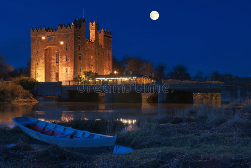 Atemberaubendes bunratty Schloss Irland nachts lizenzfreie stockbilder