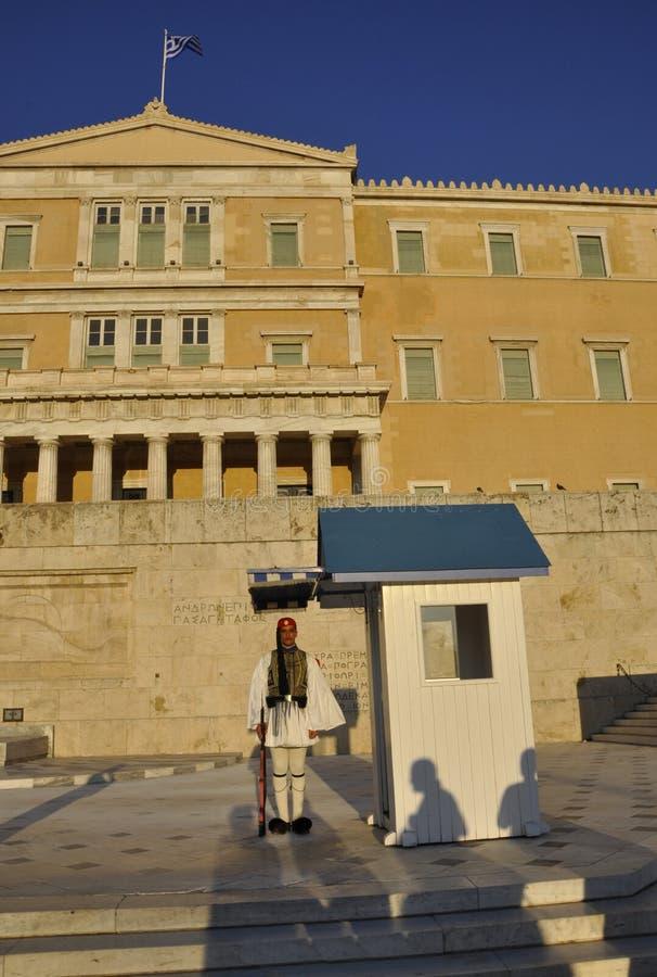 Aten august 27th: Vakt av parlamenthuset från Aten i Grekland royaltyfri foto