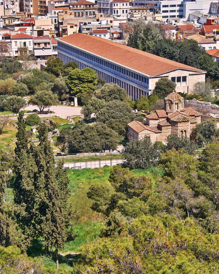 Aten Grekland, forntida Attalus stoa och medeltida kyrka för helgedomapostlar royaltyfria bilder