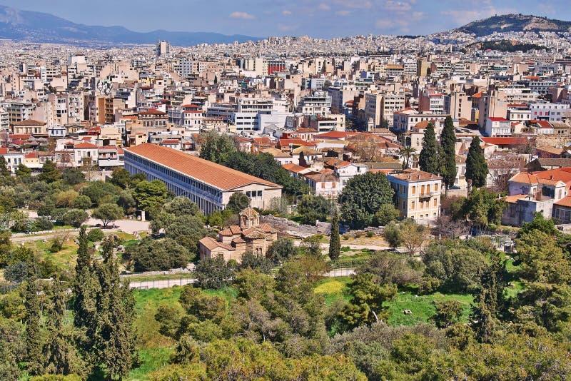 Aten Grekland, forntida Attalus stoa och medeltida kyrka för helgedomapostlar royaltyfri fotografi