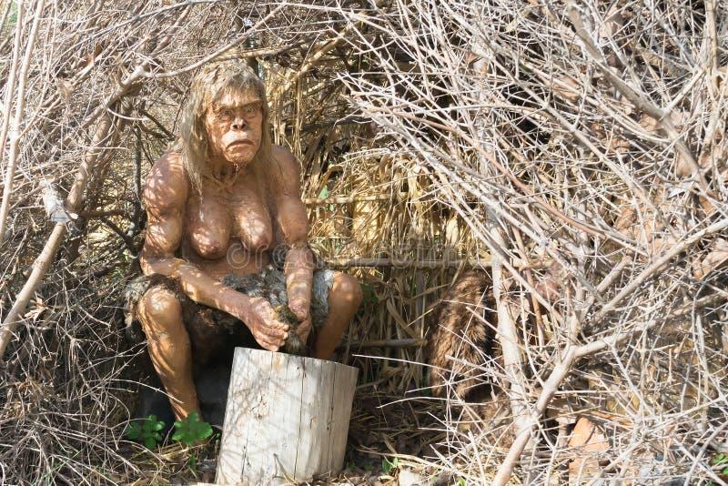Aten Grekland 17 Januari 2016 Förhistorisk mänsklig kvinnamodell i en grotta som göras av trä royaltyfri bild