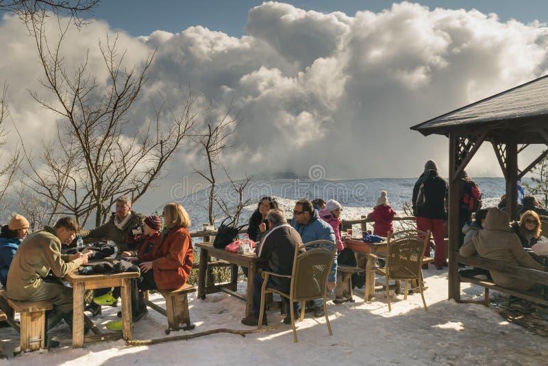 Aten Grekland 02 Januari 2016 Folk som kopplar av dricka kaffe på det Mpafi fristadskyddet på det Parnitha berget i Grekland arkivbild
