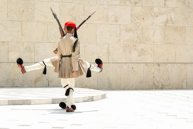 ATEN GREKLAND - JULI 06, 2012 - den roliga dansen av Evzones, grekiska soldater av den oavkortade likformign för presidents- vakt royaltyfria foton