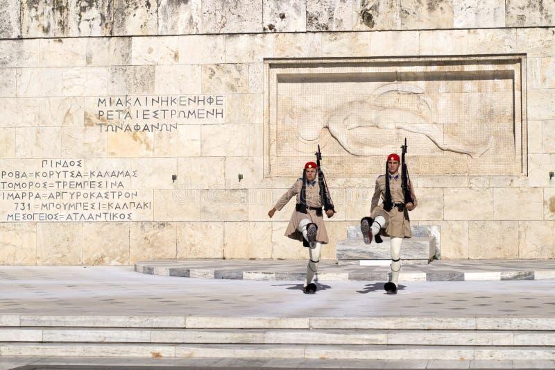 ATEN GREKLAND - 18 JULI 2016: Evzone som bevakar gravvalvet av Unkn royaltyfria foton