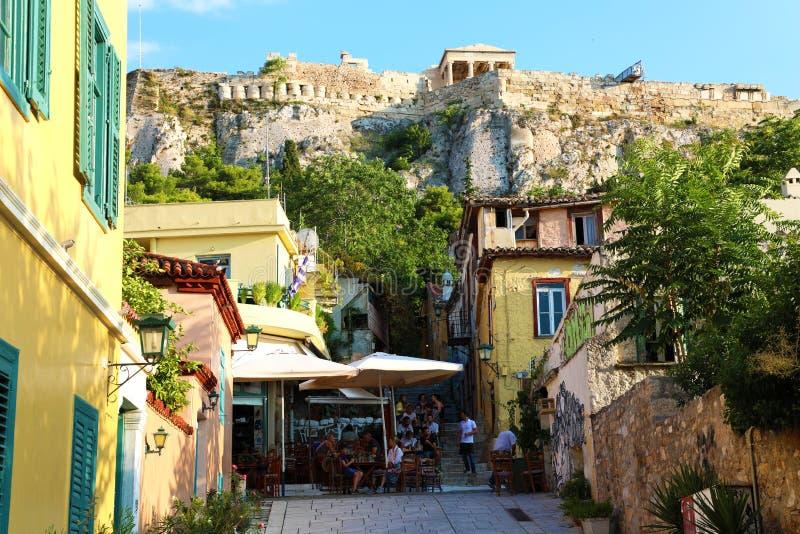 ATEN GREKLAND - JULI 18, 2018: hemtrevlig grekisk gata med monument och tempel, Aten, Grekland royaltyfria bilder