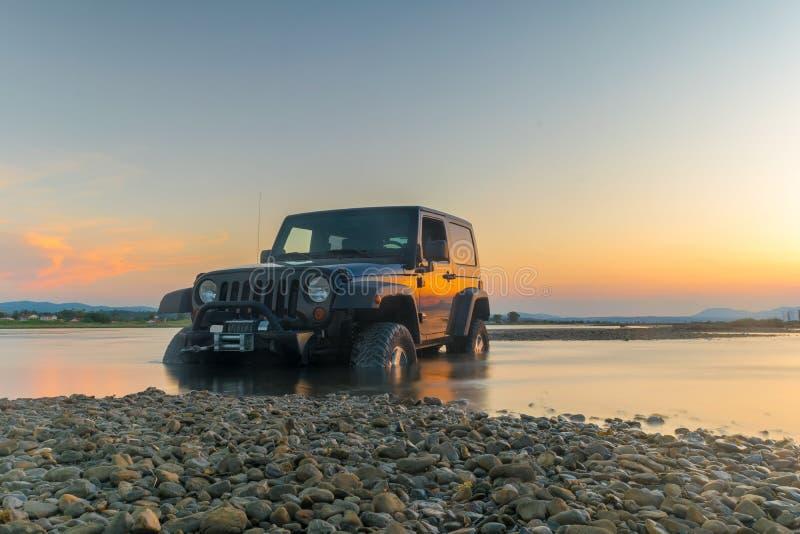 Aten Grekland 1 Juli 2016 Jeep 4x4 mot solnedgången fången klibbad jeepmud royaltyfria bilder
