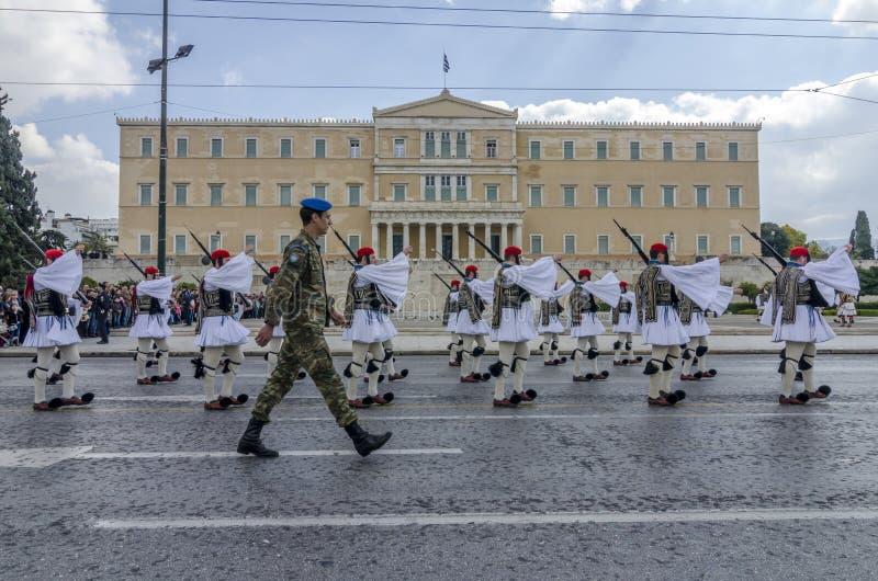 Aten Grekland - mars 17, 2013: Ceremoniellt ändra av den presidents- vakten framme av den grekiska parlamentet arkivbilder