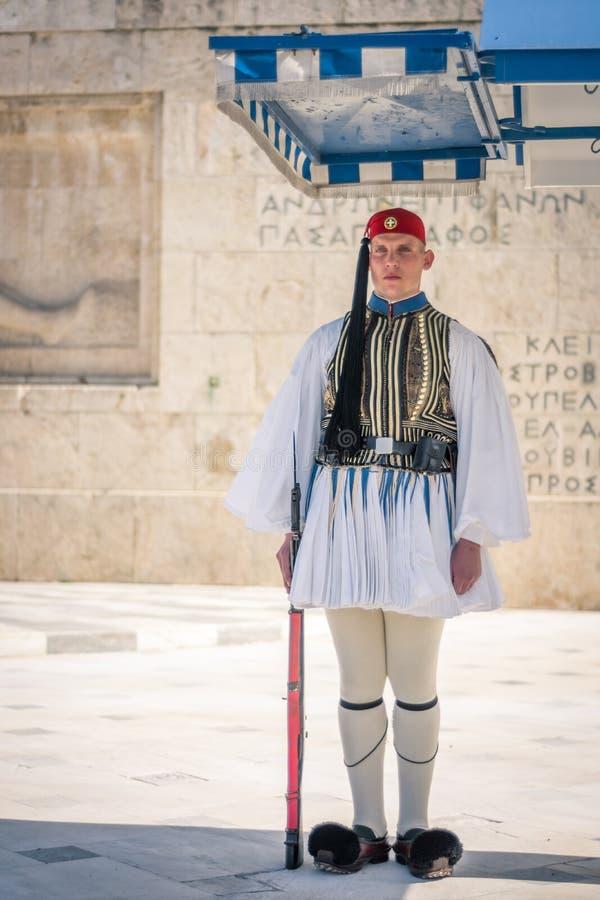 Aten Grekland - mars 5, 2017: Evzonas anseendevakt på den grekiska parlamentet arkivbild