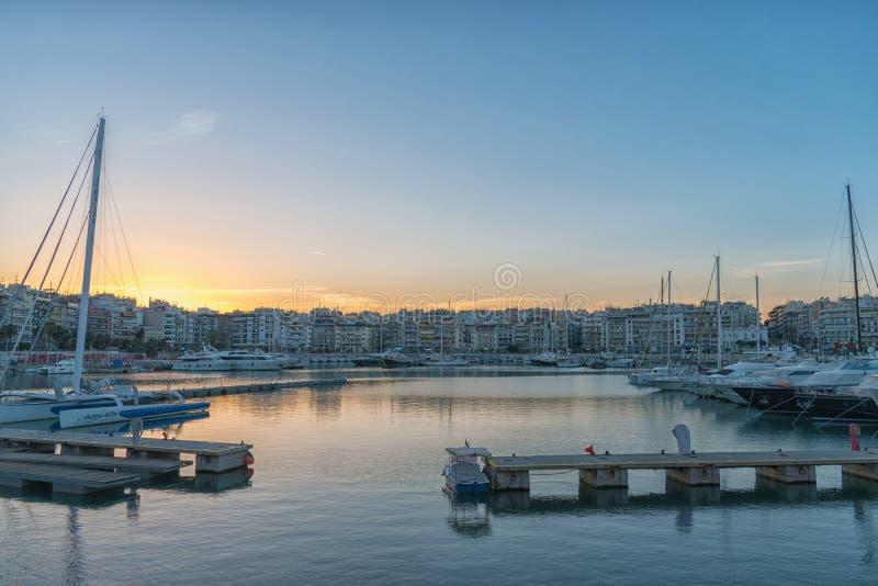 Aten Grekland - Marth 11, 2018: Aftonsikt av Zeus Marina in arkivbild