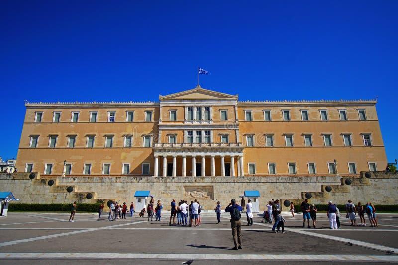 Aten Grekland - Oktober 06, 2014 ändra av vakten framme av den grekiska parlamentbyggnaden i Aten royaltyfri fotografi