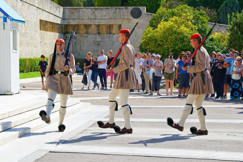 Aten Grekland - Oktober 06, 2014 ändra av vakten framme av den grekiska parlamentbyggnaden i Aten royaltyfri foto