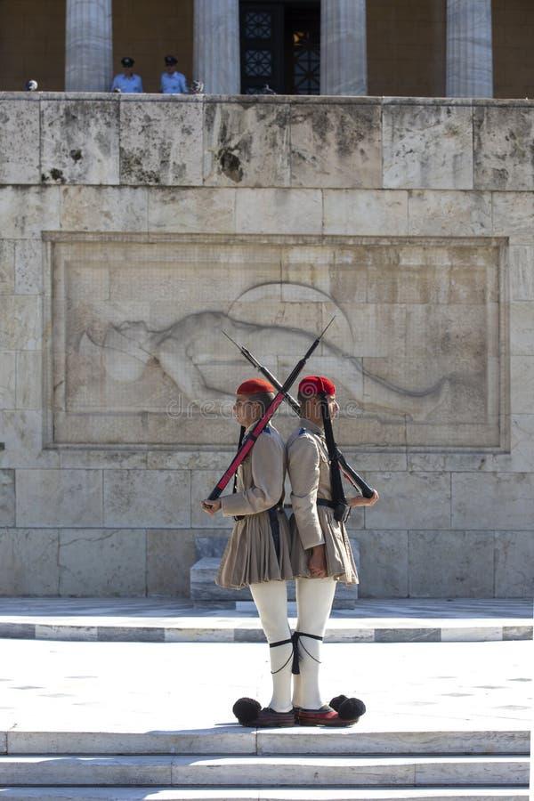 Aten Grekland - Oktober 17, 2018: Ändring av vakten Ceremony framme av den hellenska parlamentbyggnaden på Syntagmafyrkant vid arkivfoto