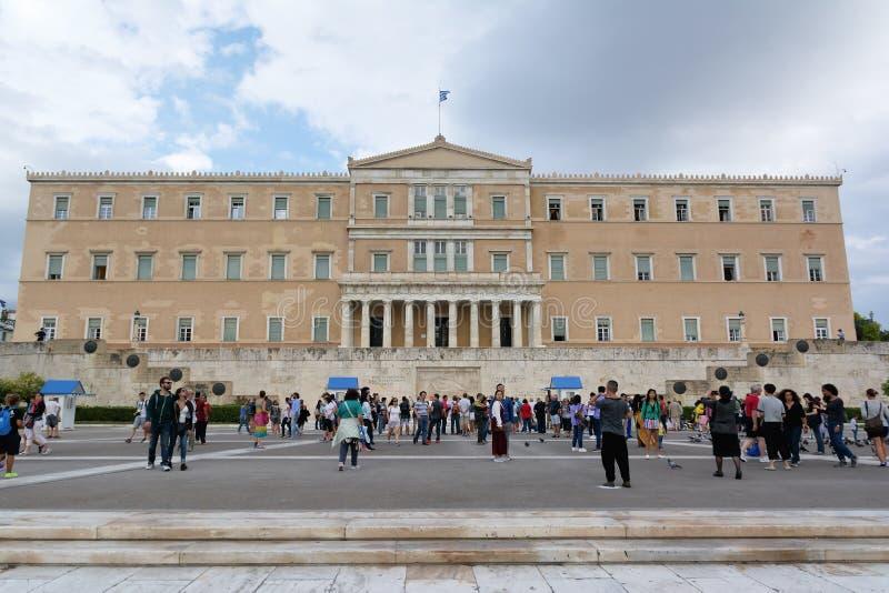 ATEN GREKLAND - SEPTEMBER 22, 2016: Den grekiska parlamentet och monumentet av den okända soldaten med vakter i Aten, Grekland royaltyfri fotografi
