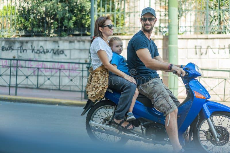 ATEN GREKLAND - SEPTEMBER 16, 2018: Familj som rider motorsparkcykeln arkivbilder