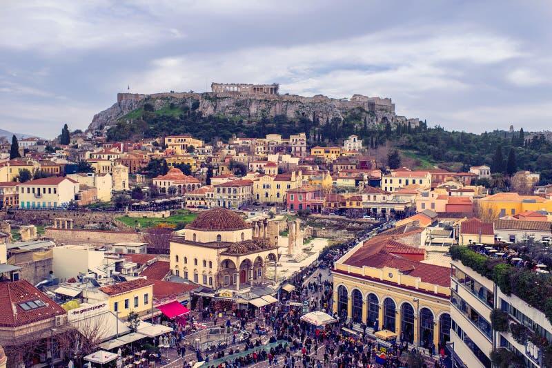 Aten Grekland, 03 03 2018: Sikt av Atenstaden med den Lycabettus kullen i bakgrunden sikt av Atenstaden med den Plaka neighborhoo arkivbild