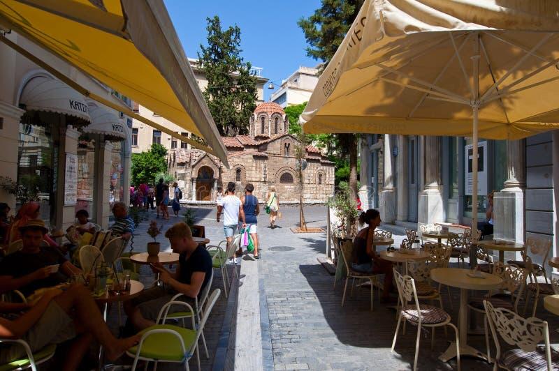 ATENAS 22 DE AGOSTO: Bistros griegos tradicionales exhibidos para la venta en el área de Plaka el 22 de agosto de 2014 en Atenas, fotos de archivo