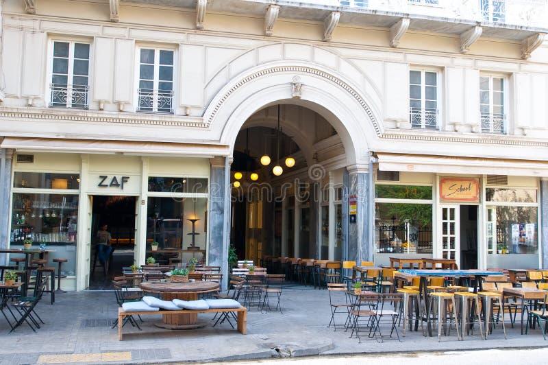 ATENAS 22 DE AGOSTO: Restaurante local dentro de uma distância curto à acrópole em Plaka em agosto 22,2014 em Atenas fotografia de stock royalty free