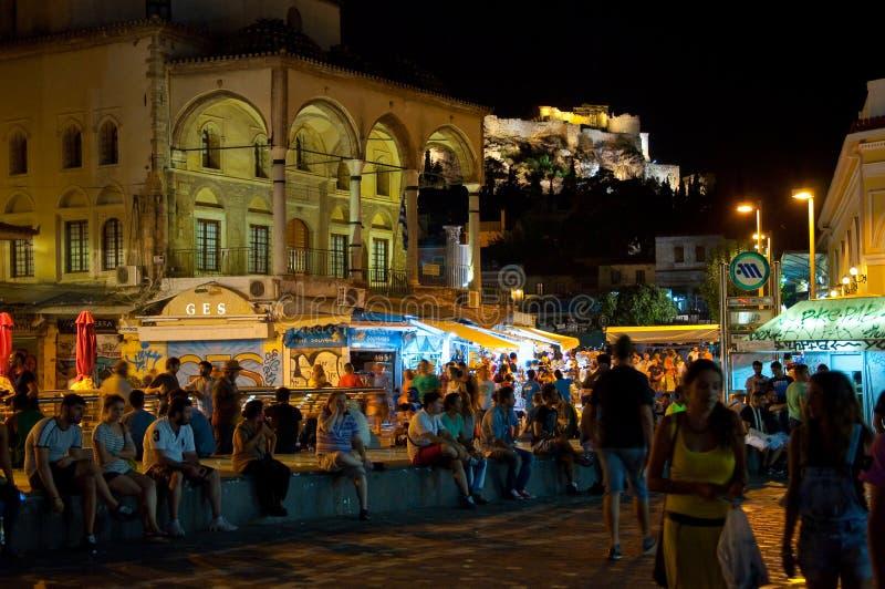 ATENAS 22 DE AGOSTO: Vida nocturna en el cuadrado de Monastiraki el 22 de agosto de 2014 en Atenas, Grecia imagen de archivo libre de regalías