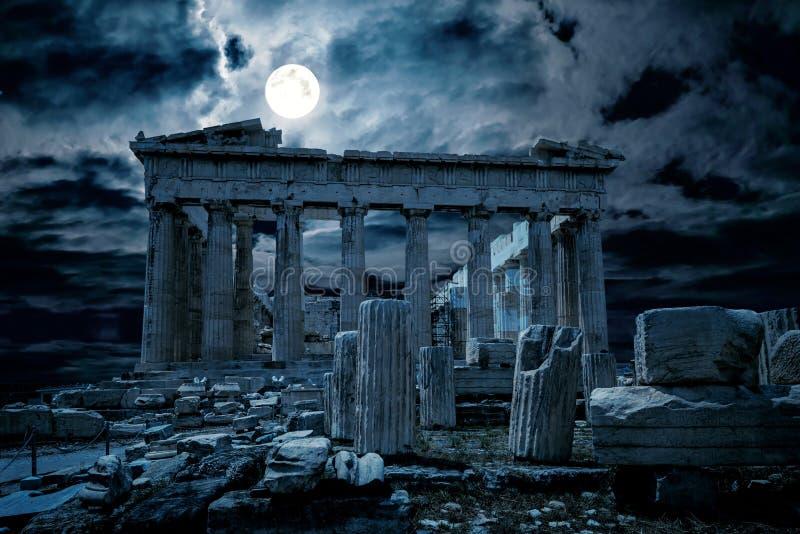 Atenas de noche, Grecia. Vista fantástica del antiguo y misterioso templo del Partenón, punto de referencia de la ciudad de Aten fotos de archivo libres de regalías