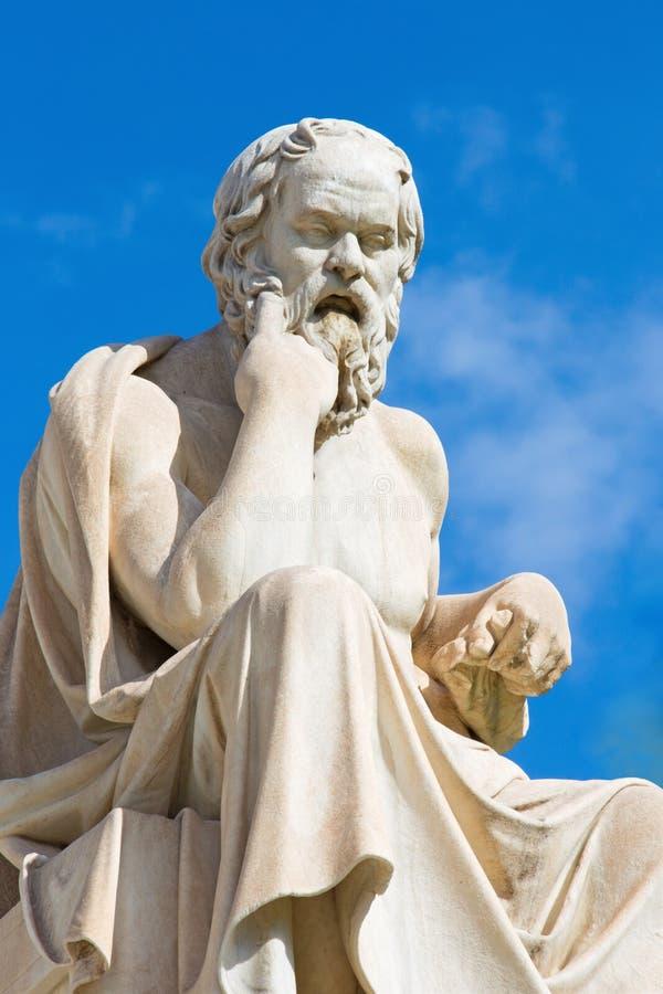 Atenas - a estátua de Socrates na frente da construção nacional da academia pelo escultor italiano Piccarelli imagem de stock